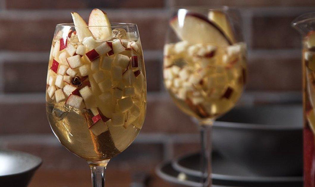 Ο Άκης Πετρετζίκης μας δείχνει πως να φτιάξουμε το πιο γιορτινό ποτό: Λευκή σαγκρία με μήλο και καραμέλα  - Κυρίως Φωτογραφία - Gallery - Video