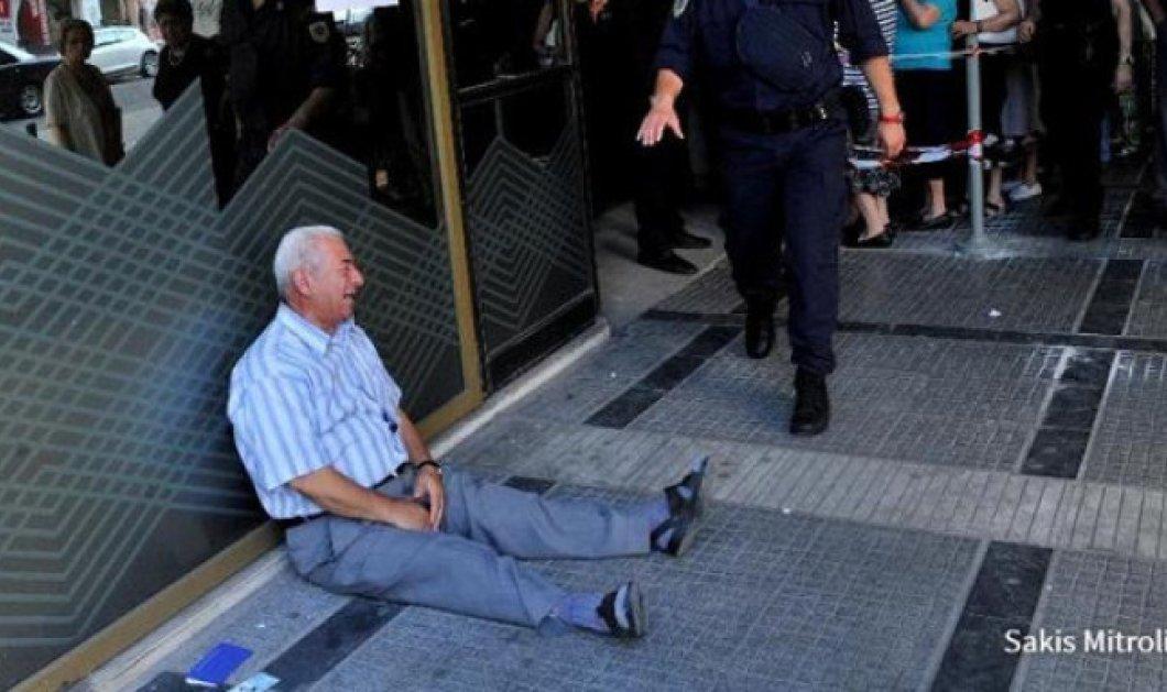 Εconomist: Το κλάμα του Έλληνα συνταξιούχου έξω από τράπεζα ανάμεσα στις φωτογραφίες της δεκαετίας - Κυρίως Φωτογραφία - Gallery - Video