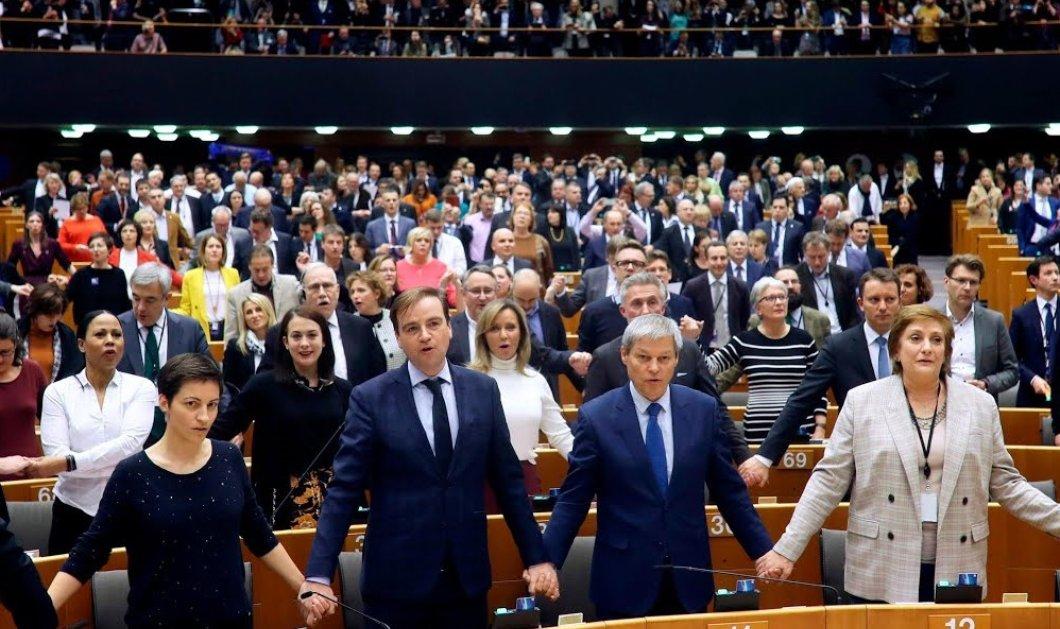 Μεγάλησυγκίνησηότανοι ευρωβουλευτές ένωσαντα χέριατους & έψαλλαντο «αντίο» της Ευρώπης στη Βρετανία - Βίντεο - Κυρίως Φωτογραφία - Gallery - Video