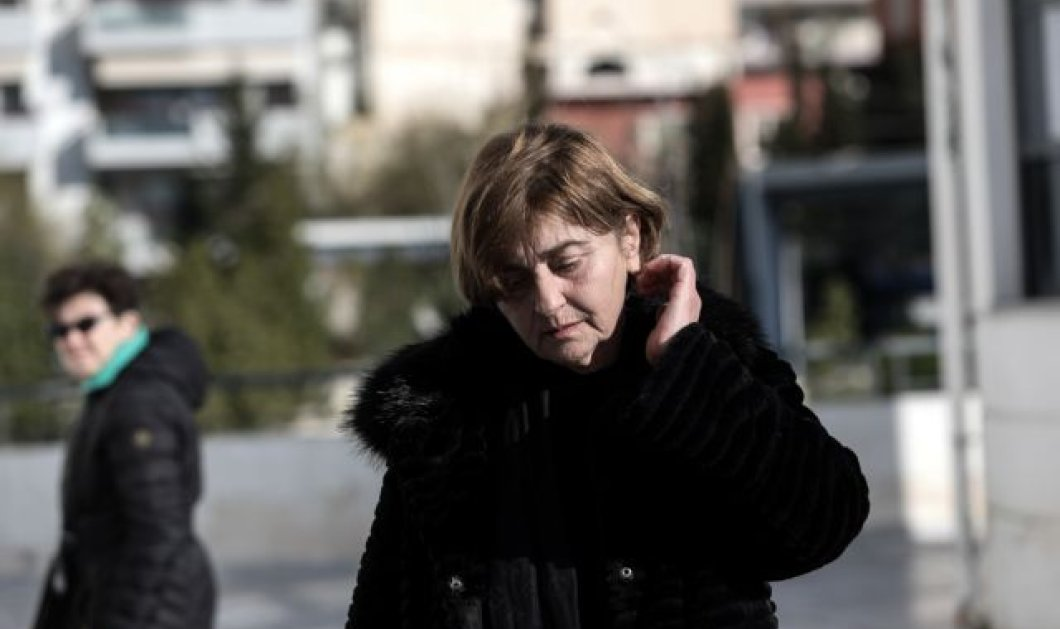 Δίκη για την Ελένη Τοπαλούδη: Κατέρρευσε η μητέρα & μεταφέρθηκε με ασθενοφόρο στο νοσοκομείο  - Κυρίως Φωτογραφία - Gallery - Video