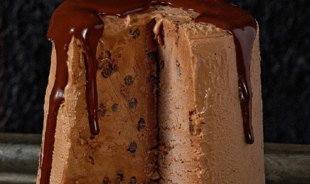 Ο Στέλιος Παρλιάρος μας ενθουσιάζει: Παρφέ σοκολάτας σε τούρτα - Η γεύση των παιδικών μας χρόνων με πλούσια σοκολατένια σος  - Κυρίως Φωτογραφία - Gallery - Video