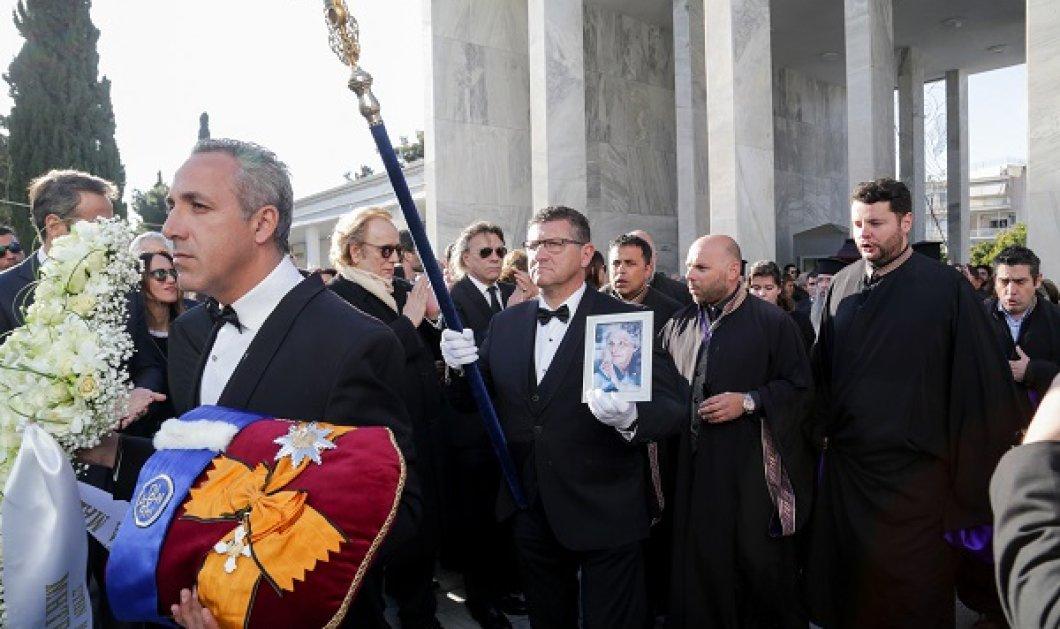 """Το τελευταίο """"αντίο"""" στη σπουδαία Κική Δημουλά - Πλήθος κόσμου στην κηδεία της αγαπημένης ποιήτριας (φωτό) - Κυρίως Φωτογραφία - Gallery - Video"""
