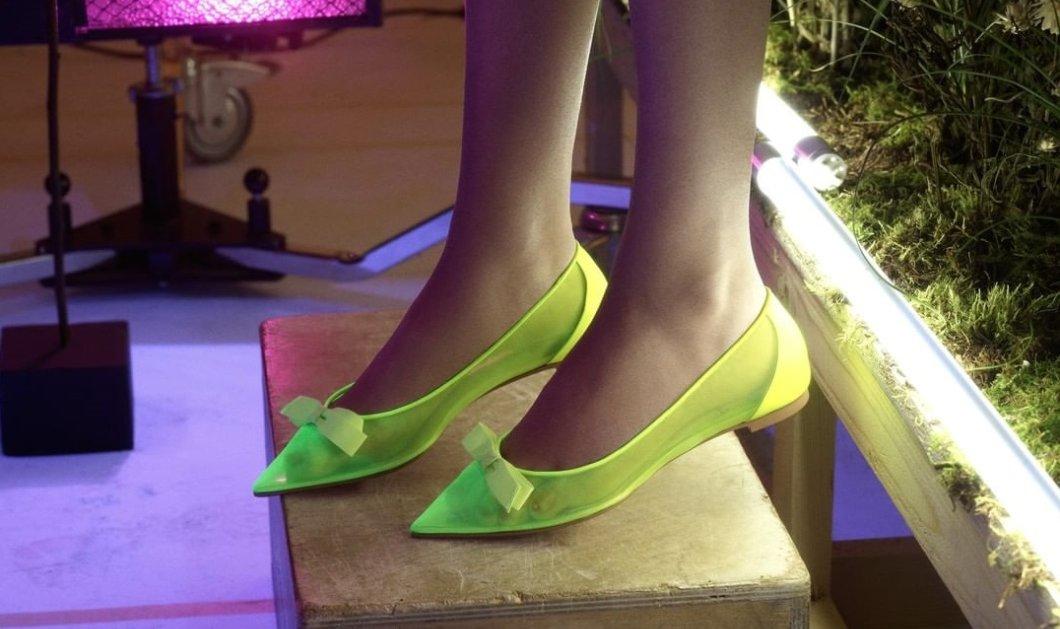 Μετά τις κόκκινες σόλες ο Louboutin λανσάρει τα neon: Φωσφορίζοντα παπούτσια σαν τα γυάλινα γοβάκια της Σταχτοπούτας (φωτό - βίντεο) - Κυρίως Φωτογραφία - Gallery - Video