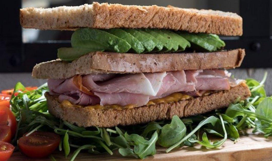 Άκης Πετρετζίκης: Προτείνει ένα χορταστικό σνακ που θα σας γεμίσει ενέργεια - Σάντουιτς με αβοκάντο, τυρί & ζαμπόν   - Κυρίως Φωτογραφία - Gallery - Video