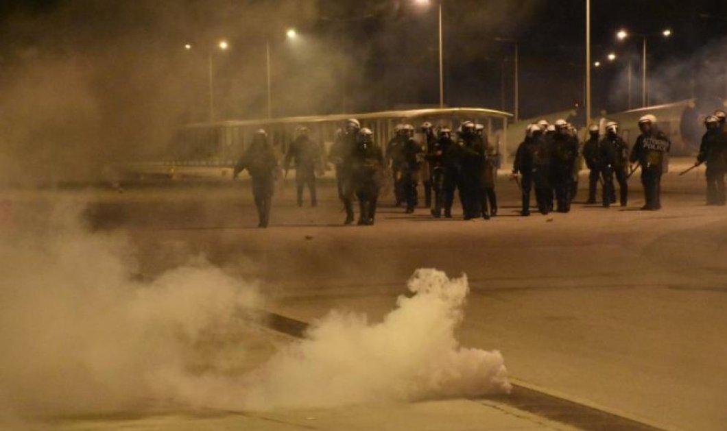 Συγκλονίζουν οι φωτό από τις ολονύχτιες συγκρούσεις μεταξύ κατοίκων & αστυνομίας σε Μυτιλήνη και Χίο (βίντεο) - Κυρίως Φωτογραφία - Gallery - Video