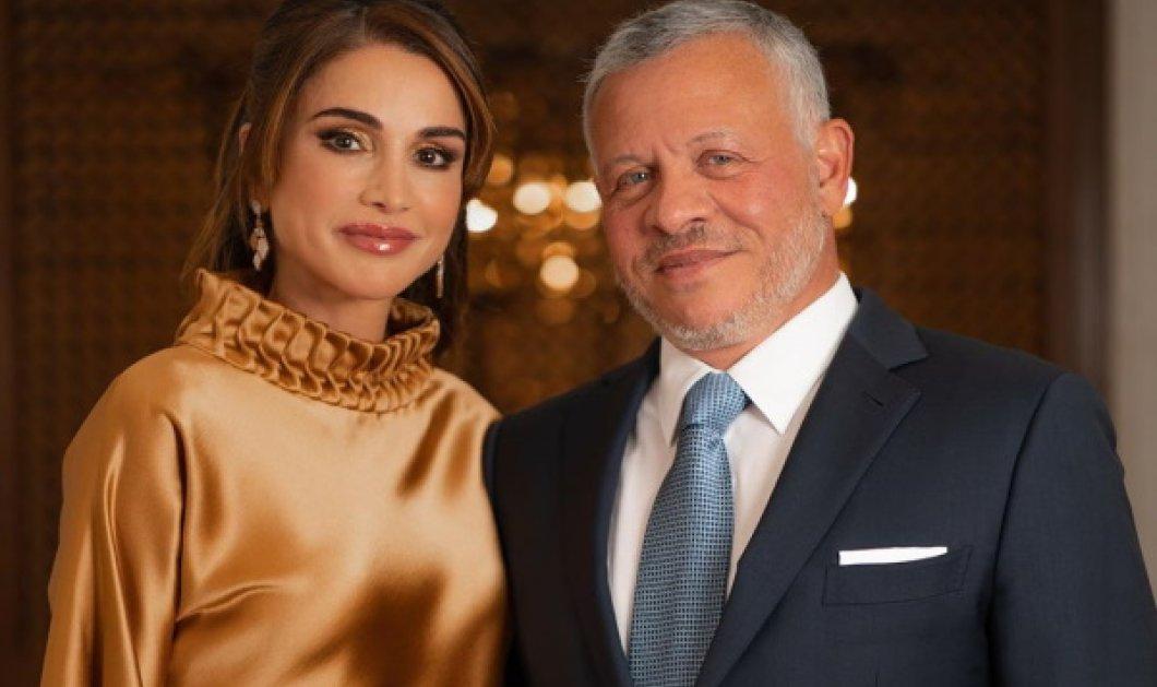 Η Βασίλισσα Ράνια της Ιορδανίας ιδανικό μοντέλο για την μάξι μπλε - ρουά φούστα με το χρυσαφί μπρονζέ πουκάμισο - Κυρίως Φωτογραφία - Gallery - Video