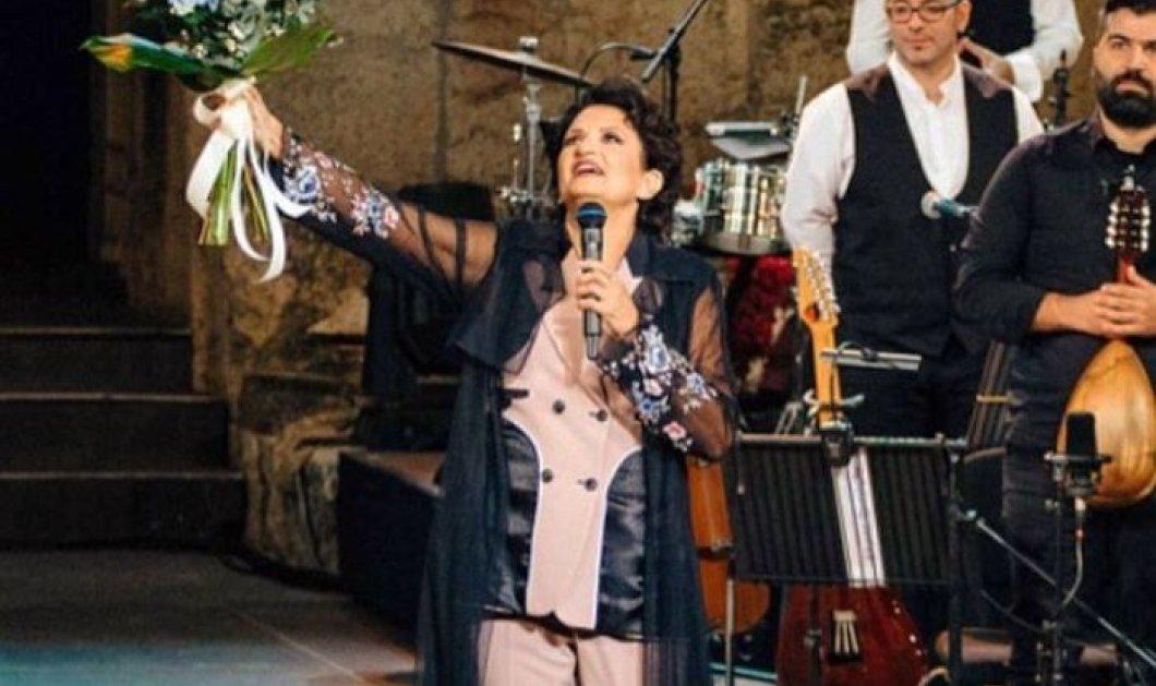 Η Άλκηστις Πρωτοψάλτη τραγουδάει και εύχεται για την 25η Μαρτίου – Μια περιπλάνηση άλλης εποχής με παιδιά γύρω της και τις ελληνικές σημαίες να κυματίζουν - Κυρίως Φωτογραφία - Gallery - Video