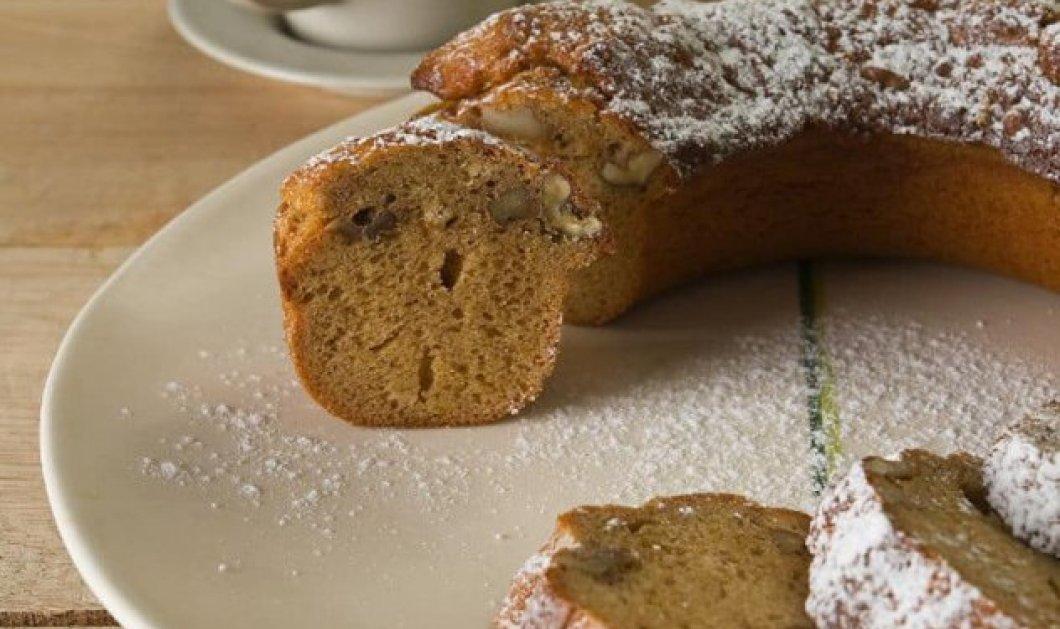 Ο Στέλιος Παρλιάρος μας φτιάχνει κέικ με μέλι & καρύδια, απολαυστικό & χαμηλό σε λιπαρά - Κυρίως Φωτογραφία - Gallery - Video