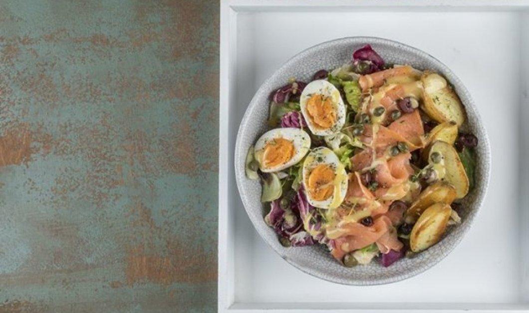 Ο Άκης Πετρετζίκης μας ετοιμάζει μια απίστευτα healthy συνταγή - Σαλάτα με καπνιστό σολομό & βραστά αυγά - Κυρίως Φωτογραφία - Gallery - Video