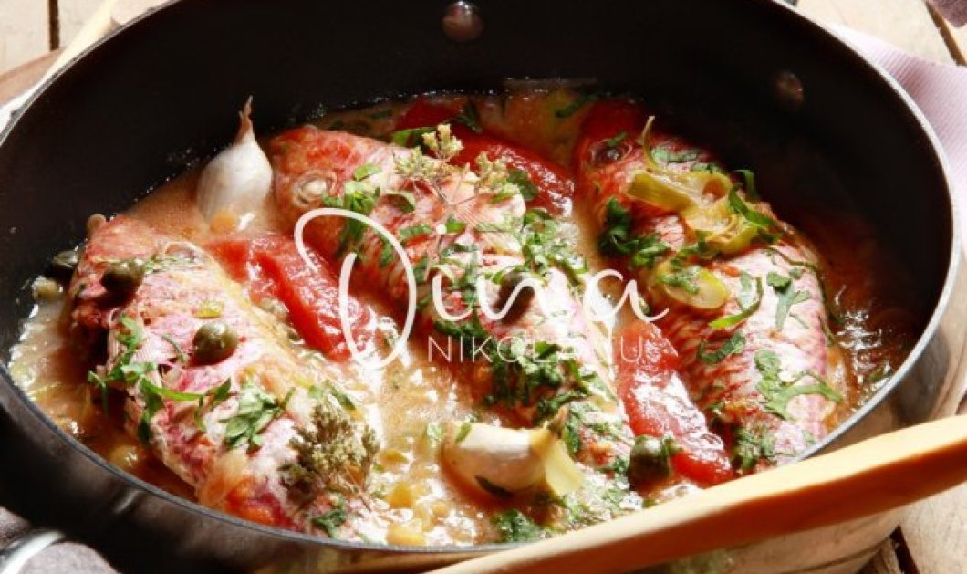 H υπέροχη Ντίνα Νικολάου μας ετοιμάζει ένα απίστευτο πιάτο: Μπαρμπούνια στο τηγάνι με ντομάτα & κάππαρη - Κυρίως Φωτογραφία - Gallery - Video
