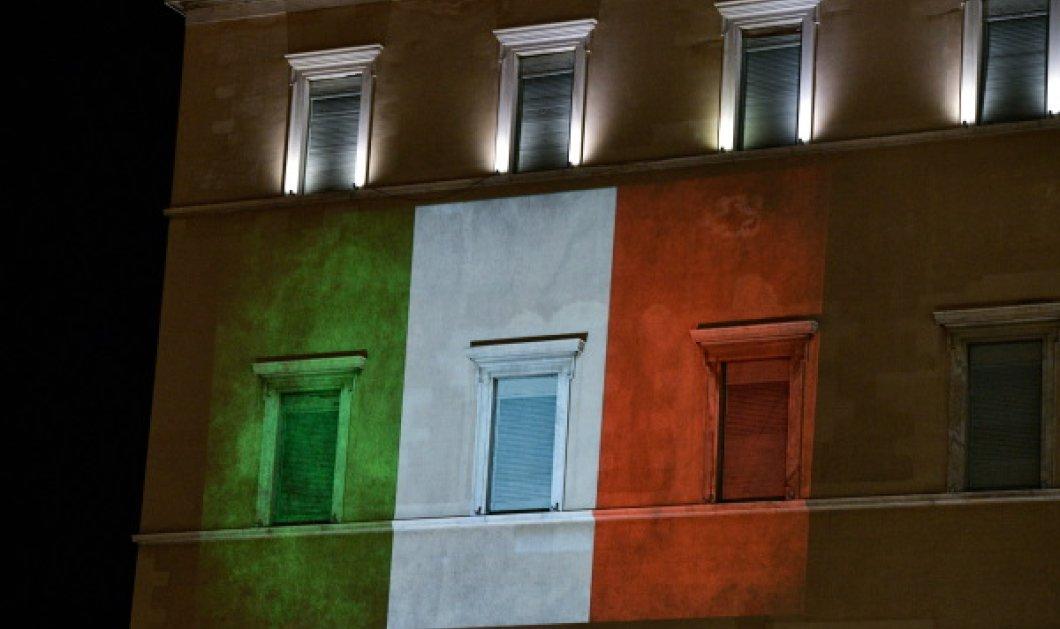 Νυχτερινά πλάνα: Η Ιταλική σημαία στην πρόσοψη της Βουλής – Τιμητική αλλαγή φρουράς των Ευζώνων  - Κυρίως Φωτογραφία - Gallery - Video