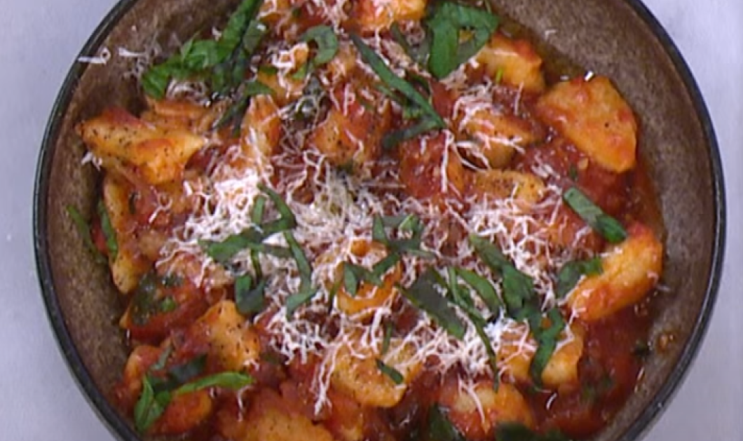 Ο  Άκης Πετρετζίκης απογειώνει την γεύση - Μας φτιάχνει σπιτικά νιόκι με σάλτσα ντομάτας - Κυρίως Φωτογραφία - Gallery - Video