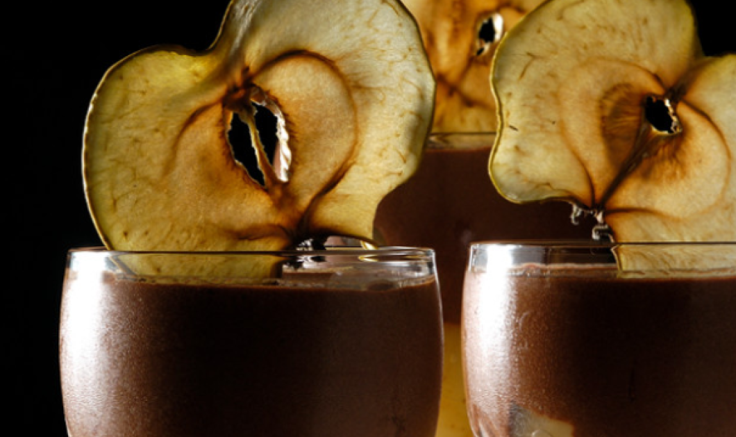 Ο Στέλιος Παρλιάρος φτιάχνει απολαυστική μους σοκολάτας με μήλα - Ο έρωτας περνάει από το στομάχι!  - Κυρίως Φωτογραφία - Gallery - Video
