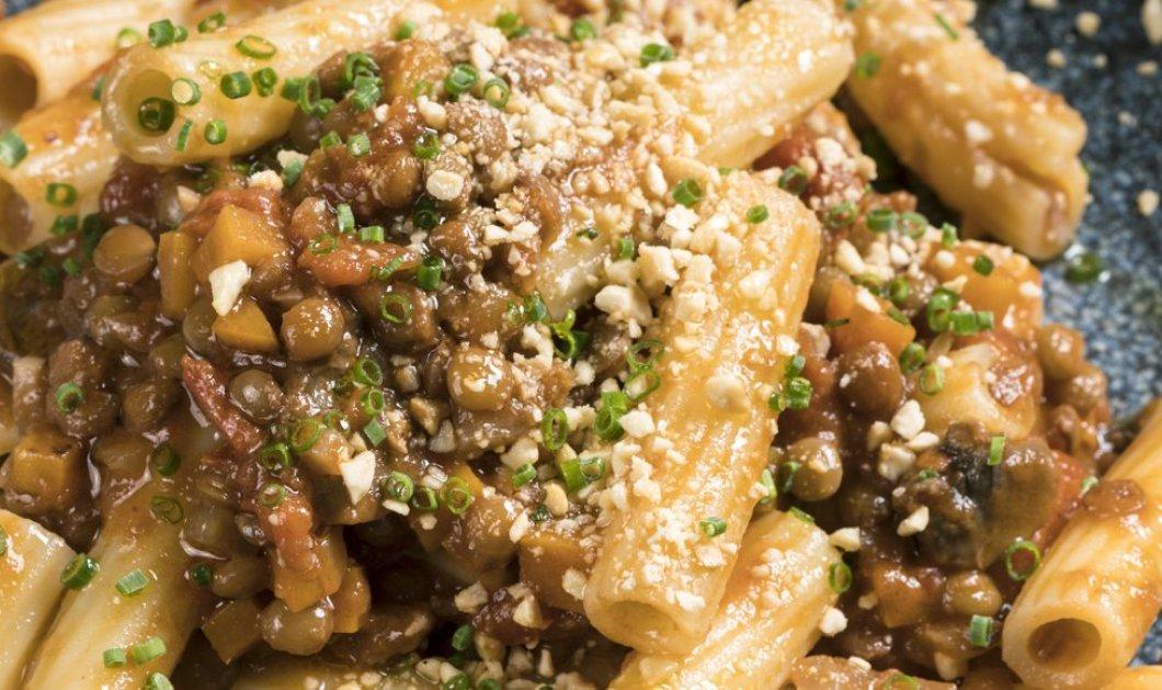 Ο σεφ Γιάννης Λουκάκος μας ετοιμάζει απίστευτα ριγκατόνι με vegan σάλτσα Bolognese (βίντεο) - Κυρίως Φωτογραφία - Gallery - Video