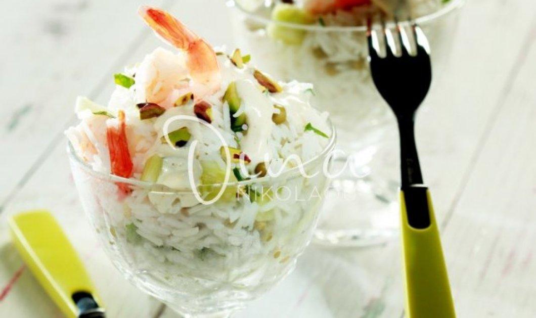 Η Ντίνα Νικολάου μας φτιάχνει απίθανη, εύκολη και δροσερή σαλάτα με γαρίδες, αρακά & σως γιαουρτιού με κάρι   - Κυρίως Φωτογραφία - Gallery - Video