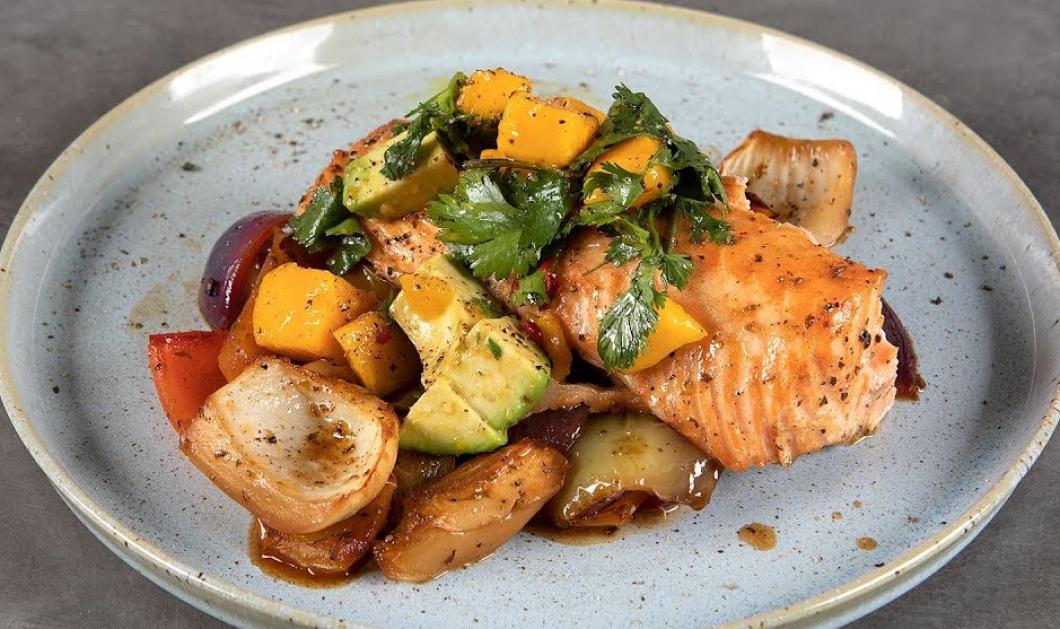 Ο Άκης Πετρετζίκης μας φτιάχνει το πιο υγιεινό φαγητό - Σολομός με λαχανικά στον φούρνο - Κυρίως Φωτογραφία - Gallery - Video