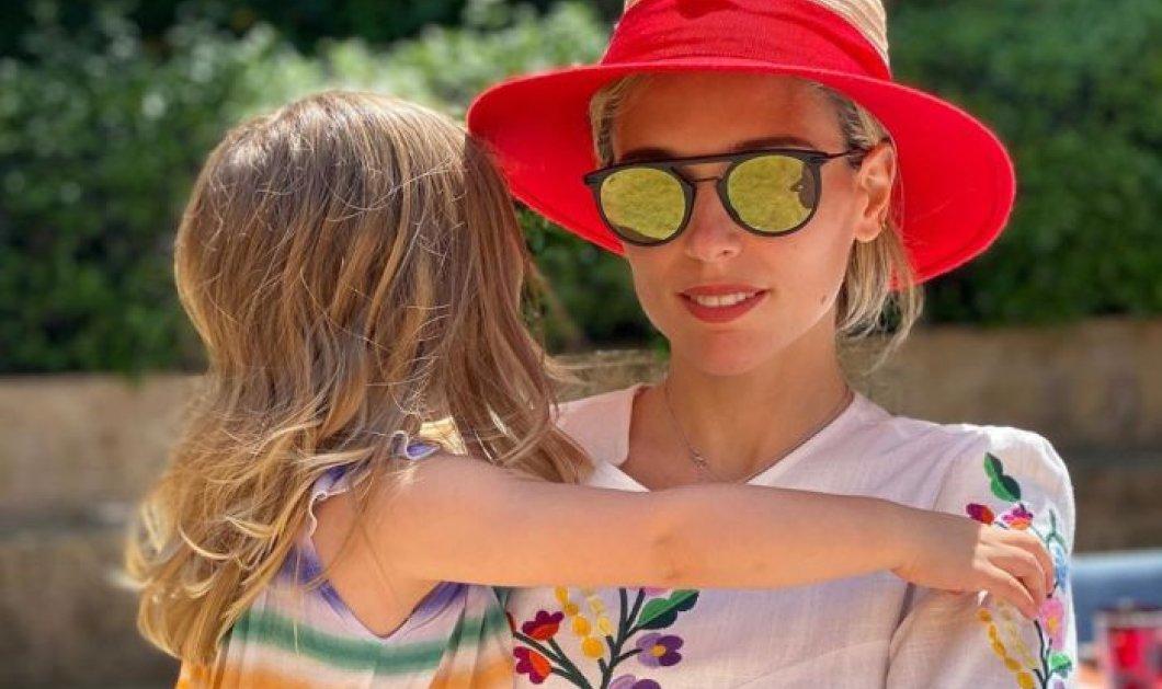 Η Μαριάννα, η μικρή με την Χριστιάννα την μικρή: Με την κορούλα της και πολύχρωμα ρούχα η κα Γουλανδρή - Κυρίως Φωτογραφία - Gallery - Video