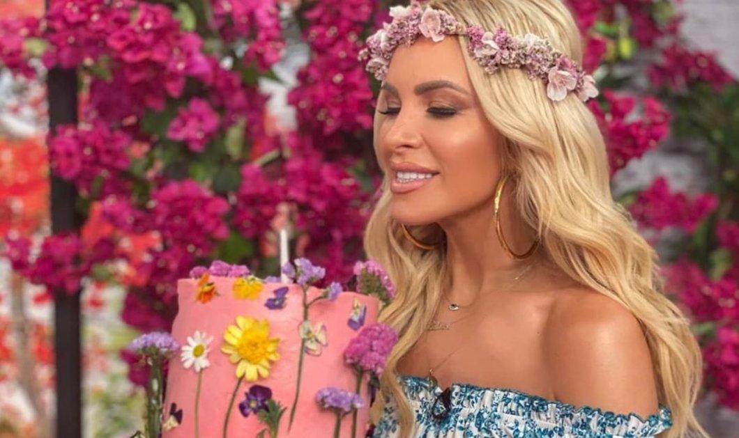 Η Κατερίνα Καινούργιου ντύθηκε Άνοιξη με στεφάνι στα μαλλιά, floral φουστάνι & τούρτα ανθισμένη (φωτό - βίντεο) - Κυρίως Φωτογραφία - Gallery - Video