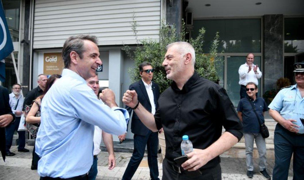 Ο Μητσοτάκης στον Πειραιά επισκέφθηκε μαγαζιά, καφετέριες, τα είπε με τον δήμαρχο – Στα κέφια του (φωτό) - Κυρίως Φωτογραφία - Gallery - Video