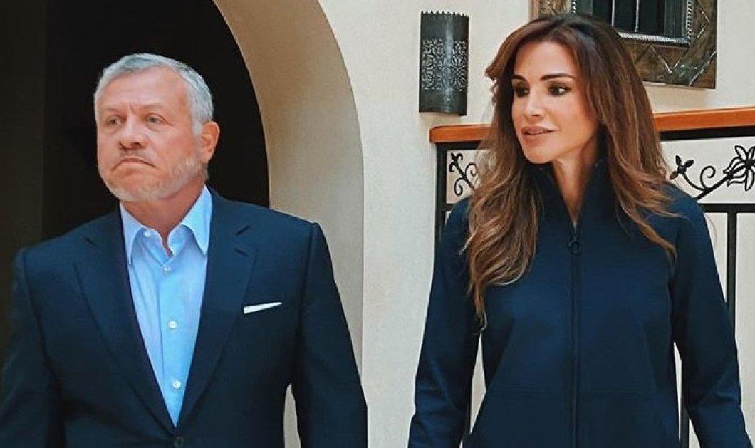 Η Ράνια της Ιορδανίας με λευκό pencil παντελόνι, navy blue πουκαμισοσακάκι - Σε αρμονία με το λουκ του βασιλιά συζύγου της (φωτό) - Κυρίως Φωτογραφία - Gallery - Video