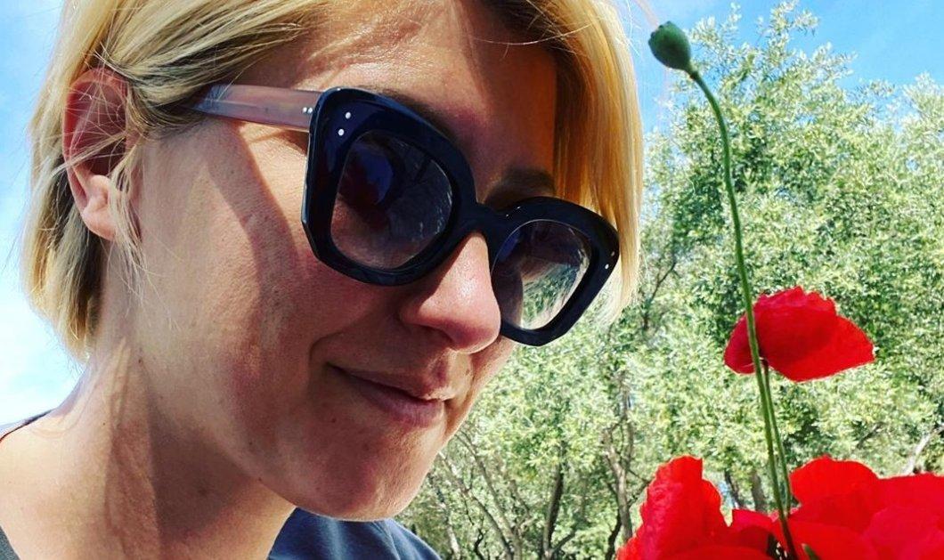 """Η Σία Κοσιώνη με ένα μπουκέτο παπαρούνες στα χέρια μάς εύχεται """"Καλή Πρωτομαγιά"""" (φωτό) - Κυρίως Φωτογραφία - Gallery - Video"""