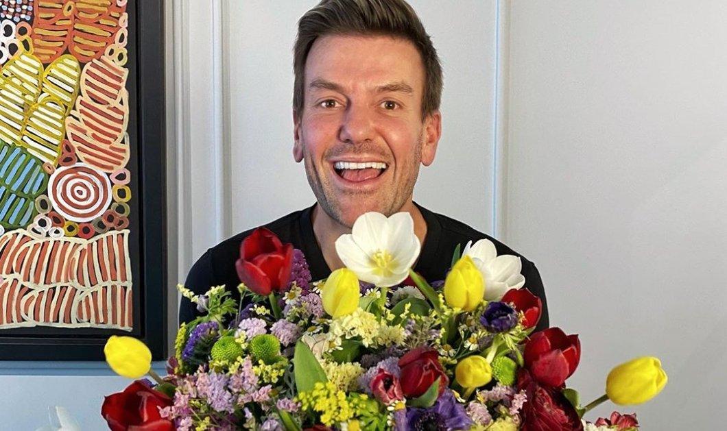 Ο Σπύρος Σούλης με την ωραιότερη αγκαλιά από λουλούδια - Ο μετρ της διακόσμησης ξέρει (φωτό) - Κυρίως Φωτογραφία - Gallery - Video