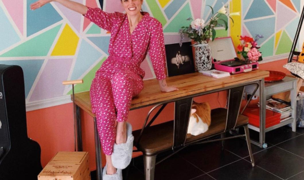 Η ''κόκκινη'' Μαίρη Συνατσάκη βάφει την ρίζα της στα σκαλιά του σπιτιού του κομμωτή της, Στέφανου Βασιλάκη - Κυρίως Φωτογραφία - Gallery - Video