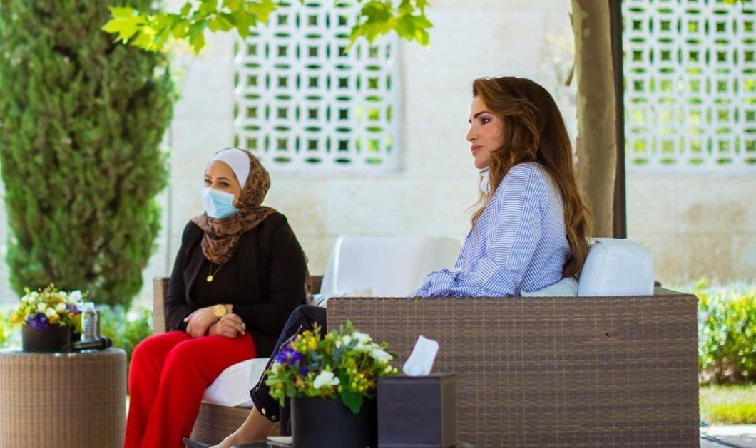 Με μίνιμαλ εμφάνιση εντυπωσίασε πάλι η καλλονή βασίλισσα της Ιορδανίας Ράνια: Ριγέ πουκάμισο, φουσκωτά μανίκια & γιακάς – γραβάτα (Φωτό)  - Κυρίως Φωτογραφία - Gallery - Video