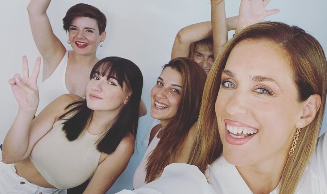 Η Εύα Αντωνοπούλου & το γυναικείο team της πριν το δελτίο ειδήσεων - Selfie με μακιγιέζ, κομμώτρια, αμπιγιέζ (φωτό) - Κυρίως Φωτογραφία - Gallery - Video