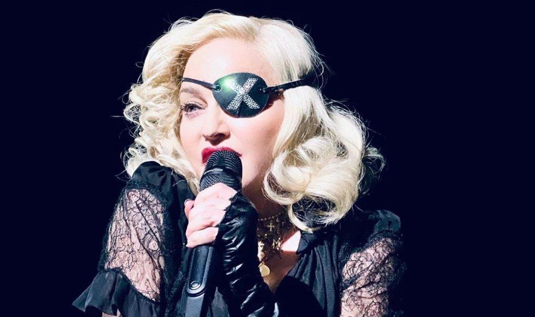 Η Madonna με μεγάλη μαύρη κιλότα κρατάει ημίγυμνη το στήθος της μπροστά στο καθρέφτη (Φωτό)  - Κυρίως Φωτογραφία - Gallery - Video