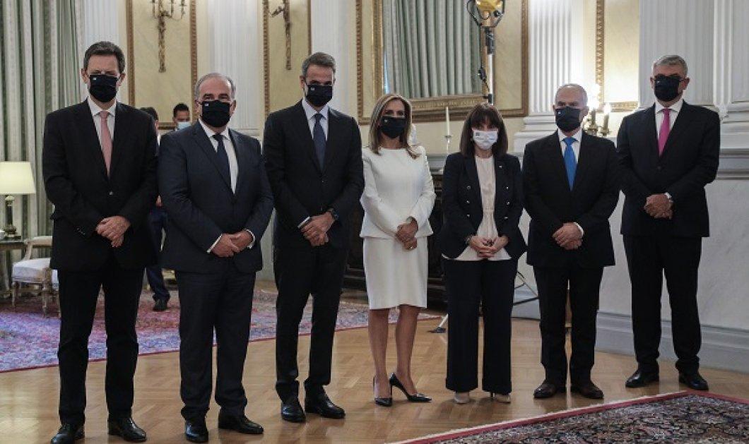 Ορκωμοσία νέων μελών της Κυβέρνησης: Το ολόλευκο σικάτο κοστούμι της Ζωής Ράπτη & οι μαύρες μάσκες (φωτό) - Κυρίως Φωτογραφία - Gallery - Video
