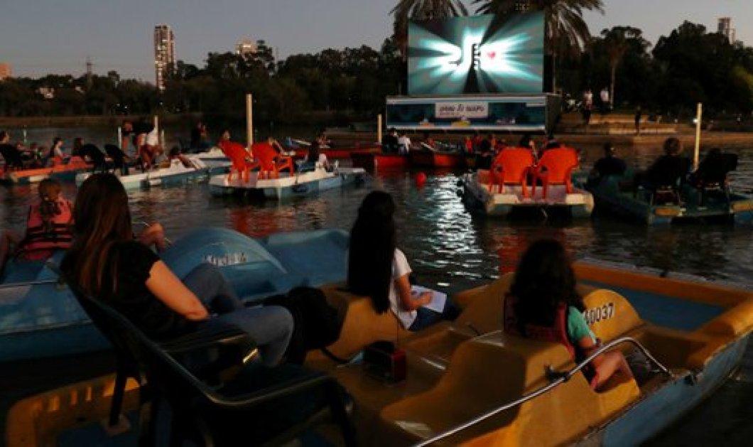 Το Ισραήλ εγκαινίασε τον πρώτο πλωτό κινηματογράφο - Social distancing με βάρκες & θαλάσσια ποδήλατα σε καιρούς κορωνοϊού (φωτό - βίντεο) - Κυρίως Φωτογραφία - Gallery - Video