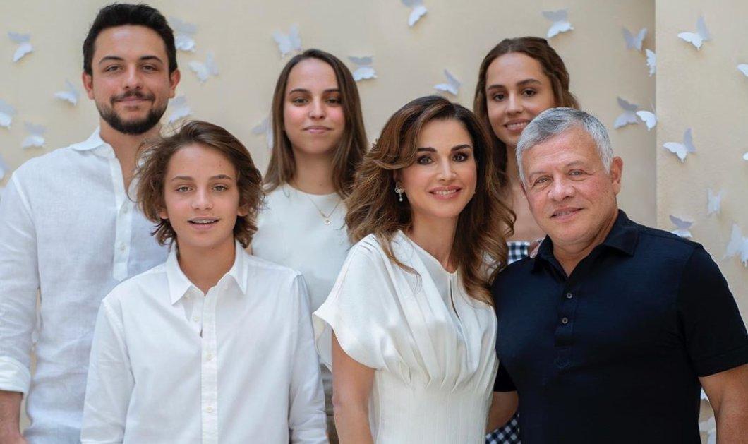 Μια ευτυχισμένη οικογένεια: Ο βασιλιάς της Ιορδανίας & τα παιδιά του ποζάρουν για τα 50α γενέθλια της όμορφης βασίλισσας Ράνιας (Φωτό)  - Κυρίως Φωτογραφία - Gallery - Video