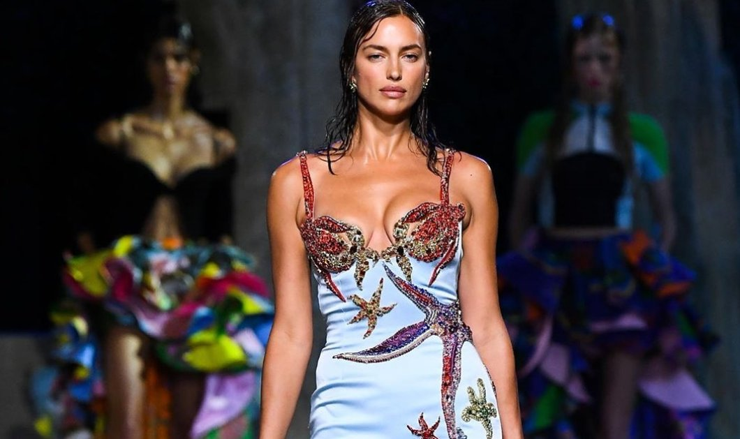 "Versace κολεξιόν Καλοκαίρι 2021: Η βασίλισσα Ιρίνα Σάικ, τα πληθωρικά plus size μοντέλα & οι ""κανονικές"" - Βυθός, γοργόνες & Μέδουσες (φωτό)  - Κυρίως Φωτογραφία - Gallery - Video"
