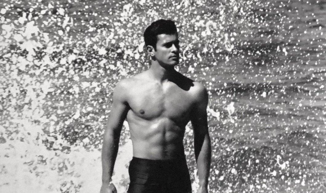 Νίκος Παπαδάκης: Ο Έλληνας Θεός σε σπάνιες φωτογραφίες του Χρήστου Καραντζόλα - Η black 'n white ανδρική ομορφιά στην παραλία - Κυρίως Φωτογραφία - Gallery - Video
