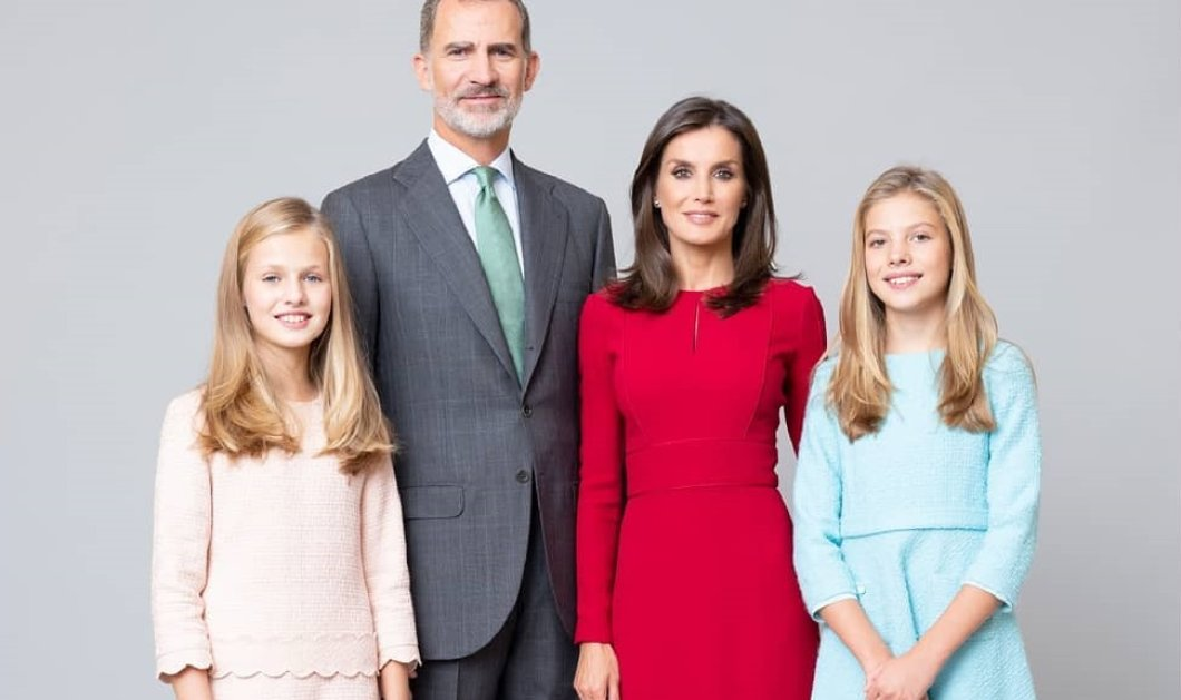 Βασίλισσα Λετίσια: Με κατακόκκινο παλτό στον εορτασμό της Εθνικής Επετείου της Ισπανίας - Κούκλες στο πλάι της οι πριγκίπισσες Λεονόρ & Σοφία (φωτό) - Κυρίως Φωτογραφία - Gallery - Video