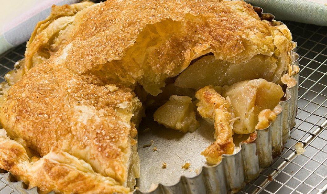 Ο Στέλιος Παρλιάρος μάς φτιάχνει ένα πανεύκολο γλυκό: Ζεστή μηλόπιτα με σφολιάτα  - Κυρίως Φωτογραφία - Gallery - Video