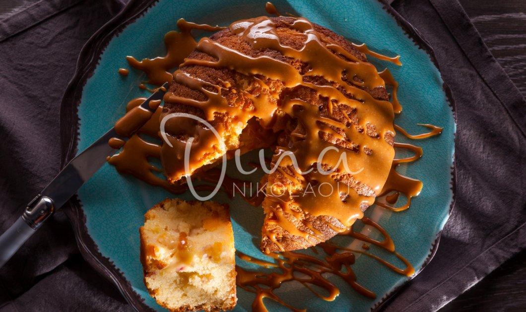 Η Ντίνα Νικολάοιυ δημιουργεί: Κέικ με φυστικοβούτυρο, μήλο και σάλτσα αλατισμένης καραμέλας - Κυρίως Φωτογραφία - Gallery - Video