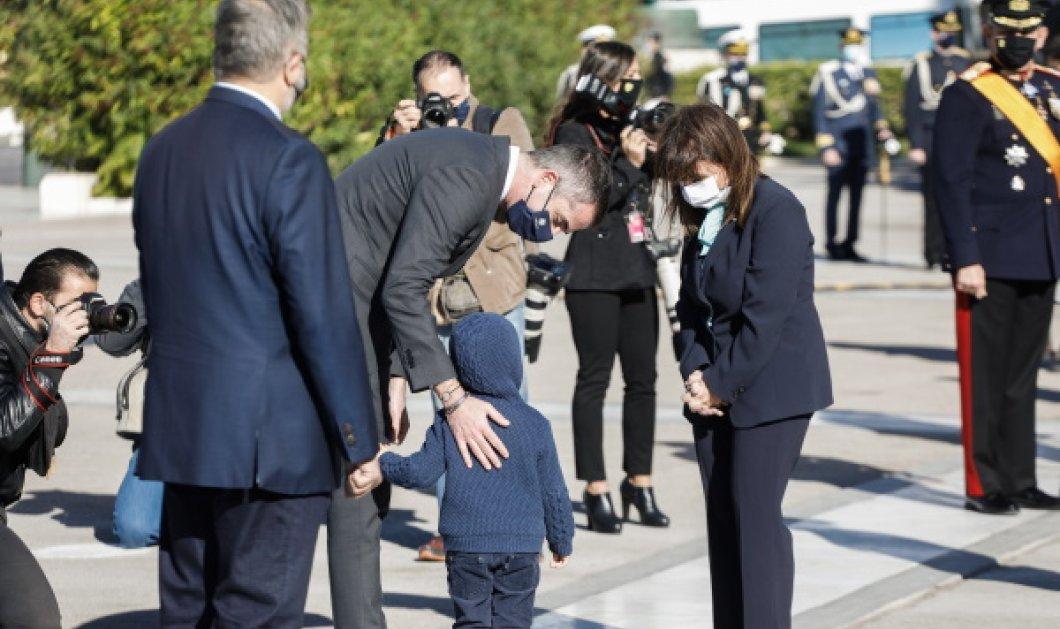 Η Πρόεδρος της Δημοκρατίας χαιρετάει τον μικρότερο γιο του Κώστα Μπακογιάννη & της Σίας Κοσιώνη (Φωτό)  - Κυρίως Φωτογραφία - Gallery - Video