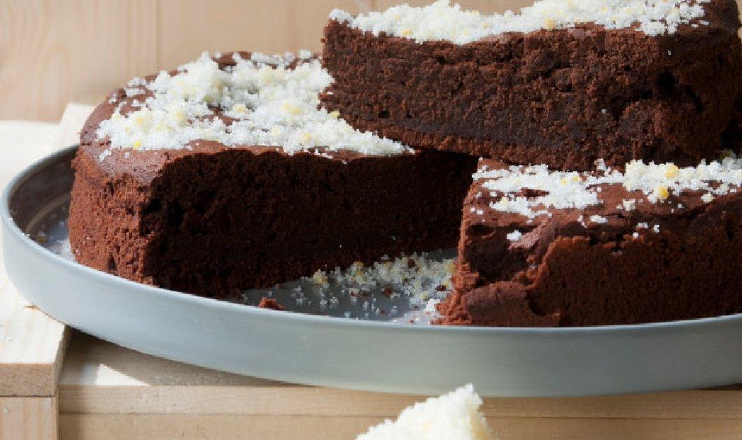 Ο Στέλιος Παρλιάρος μας φτιάχνει: Απολαυστικό κέικ σοκολάτας με πορτοκαλόνερο - Κυρίως Φωτογραφία - Gallery - Video