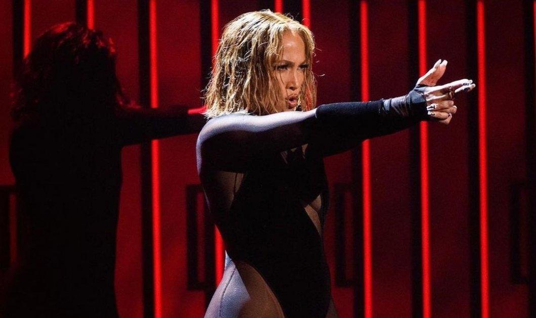 Η Jennifer Lopez με εμφάνιση 20αρας στα 51 της – Το μαύρο κορμάκι, το ασημένιο σύνολο, το κοντό μαλλί & το αψεγάδιαστο κορμί (Φωτό & Βίντεο)  - Κυρίως Φωτογραφία - Gallery - Video