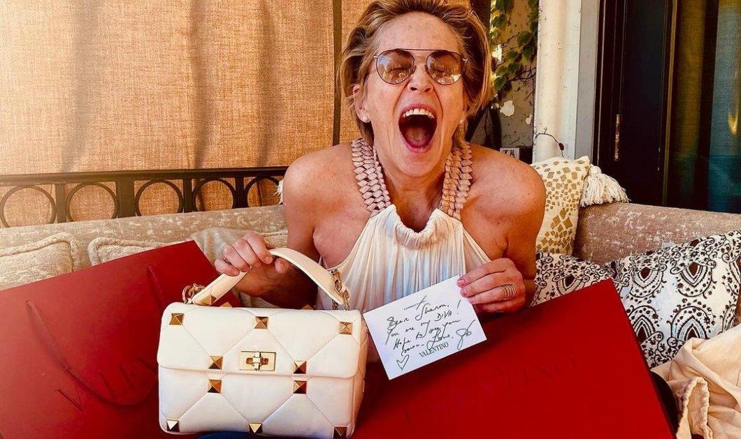 Η Sharon Stone απολαμβάνει την καραντίνα! Μόλις παρέλαβε μια τσάντα Valentino & από την άλλη σοβαρεύεται & μιλά για τον κορωνοϊό (φωτό- βίντεο) - Κυρίως Φωτογραφία - Gallery - Video