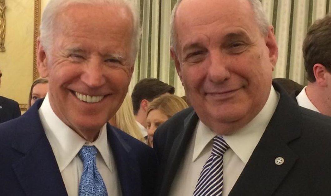 Ο Τέρενς Κουίκ, όμως, έχει την πιο σκαμπρόζικη φωτό με τον Joe Biden: Του πήρε την γραβάτα και...  - Κυρίως Φωτογραφία - Gallery - Video