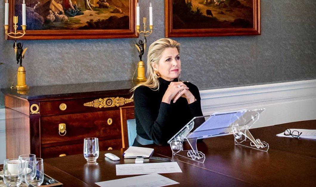 Η βασίλισσα Μαξίμα της Ολλανδίας με wet look μαύρο ζιβάγκο μιλάει μέσω zoom - Ο κρυστάλλινος πολυέλαιος, οι πανάκριβοι πίνακες & τα φρέσκα λουλούδια (Φωτό & Βίντεο)  - Κυρίως Φωτογραφία - Gallery - Video