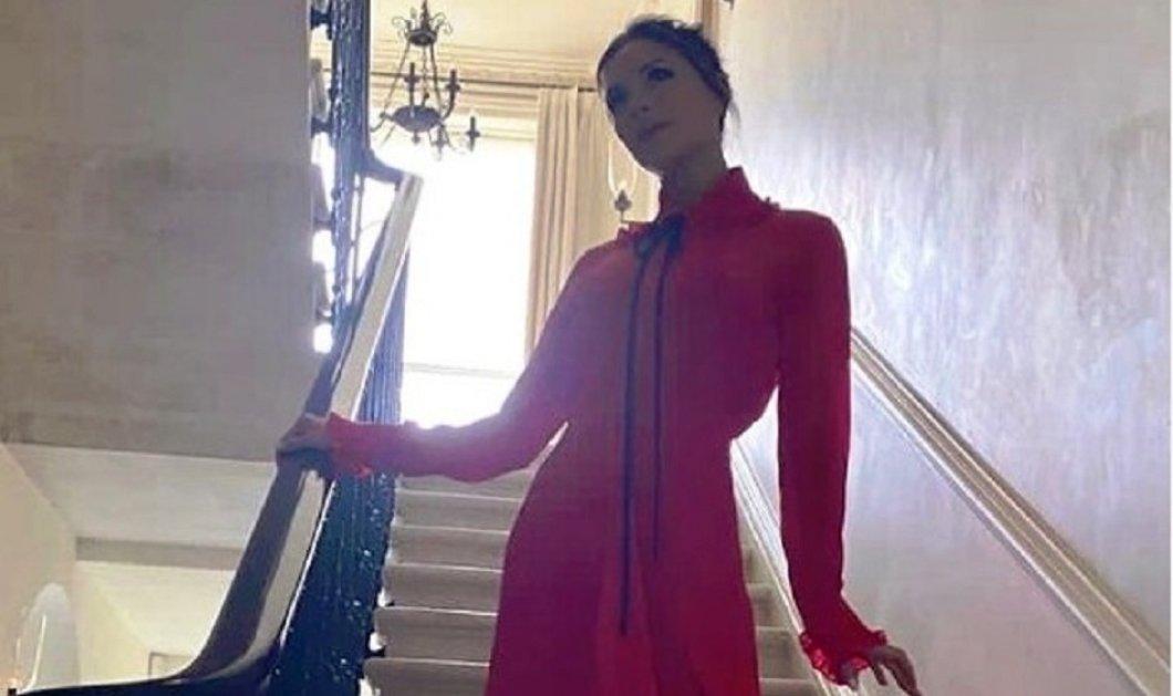 "H Victoria Beckham με κατακόκκινο αλά ""Σκάρλετ"" φόρεμα & μωβ ψηλοτάκουνες γόβες σε γιορτινό γύρισμα - Σούπερ εμφάνιση 1900 λιρών (φώτο) - Κυρίως Φωτογραφία - Gallery - Video"