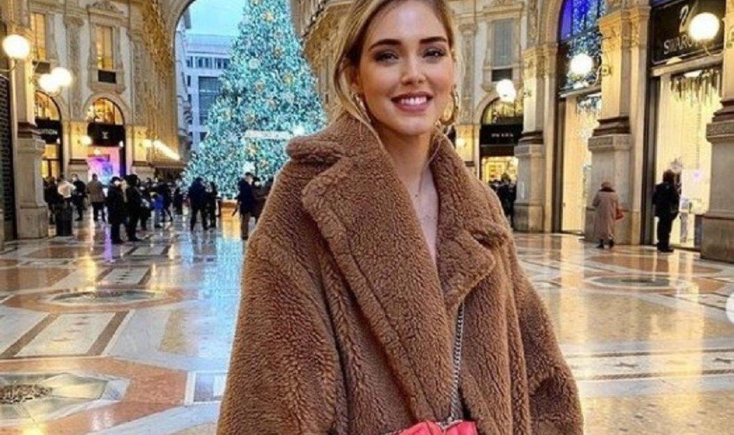 Οι τρυφερές αγκαλιές της Κιάρα Φεράνι μπροστά στο χριστουγεννιάτικο δέντρο - Με την καλύτερη της φίλη - Ποια είναι; (φώτο) - Κυρίως Φωτογραφία - Gallery - Video