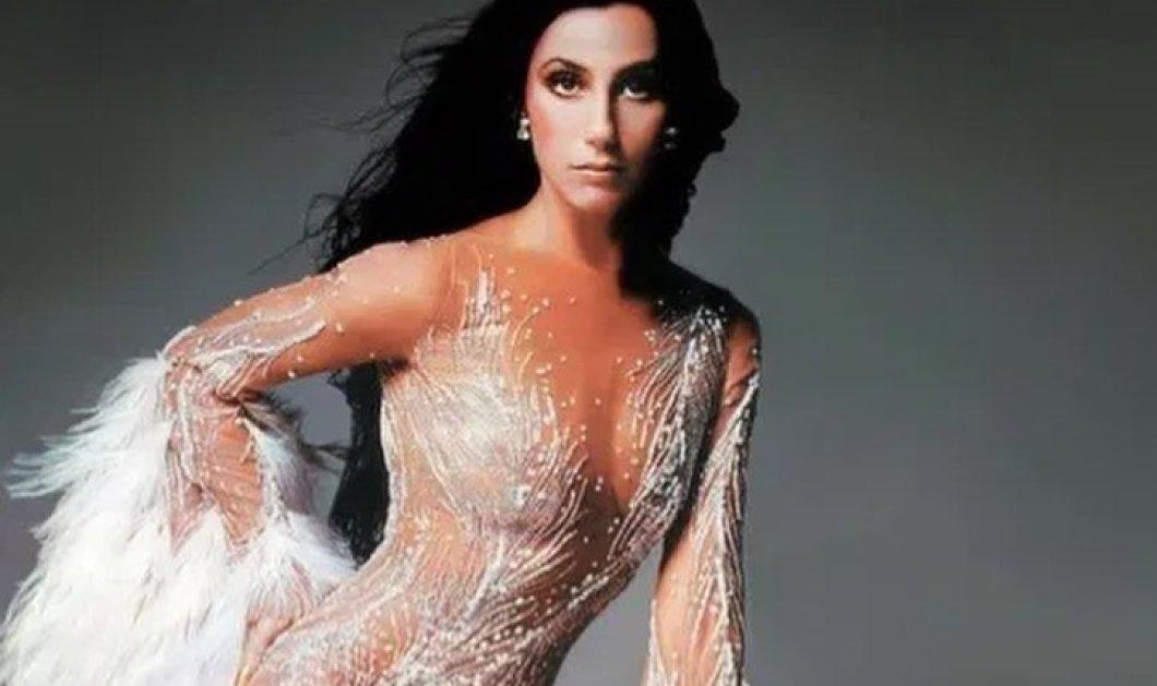 Ποιο ήταν το εμβληματικό φόρεμα & οι εμφανίσεις της Σερ που μας θύμισε χθες η Παρασκευή- Οι υπέροχες τουαλέτες της Σήλιας Κριθαριώτη (φωτό) - Κυρίως Φωτογραφία - Gallery - Video