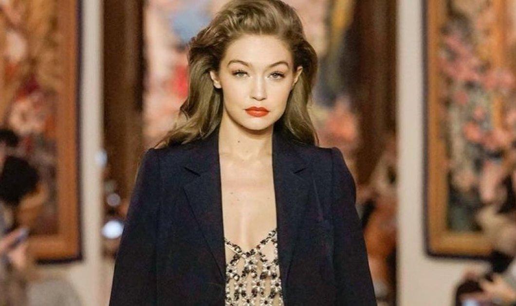 Αυτή είναι μαμά: Η Gigi Hadid με το ωραιότερο maxi μάλλινο παλτό, γυαλάκια John Lennon & stylish μάσκα (φωτό) - Κυρίως Φωτογραφία - Gallery - Video