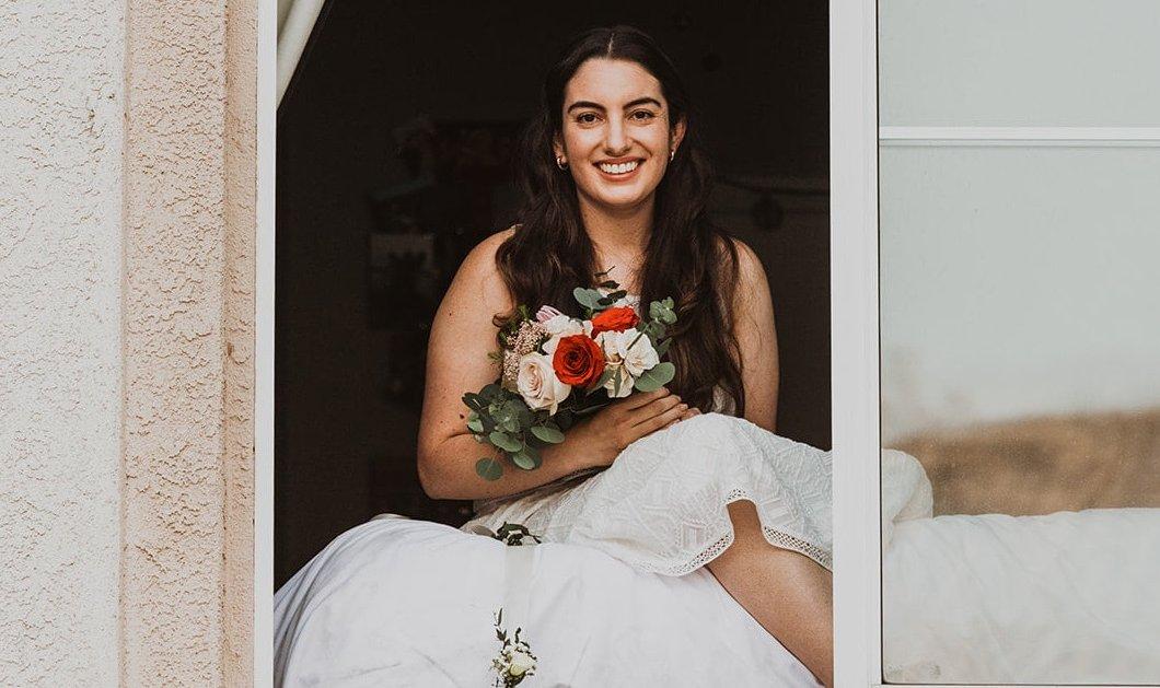 Ο γάμος της χρονιάς: Η νύφη με κορωνοϊό χαμογελαστή στο περβάζι της- Ο γαμπρός με τον παπά στο πεζοδρόμιο (φωτό) - Κυρίως Φωτογραφία - Gallery - Video