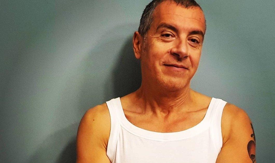 Ο Σταύρος Θεοδωράκης με το φανελάκι στηρίζει τον Σωτήρη Τσιόδρα- Το τατουάζ στο αριστερό του χέρι (φωτό) - Κυρίως Φωτογραφία - Gallery - Video